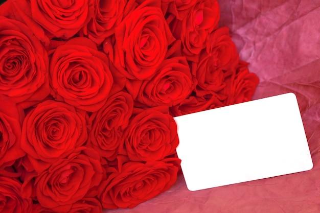 Bouquet de roses rouges avec signe de message vierge pour votre texte ou message