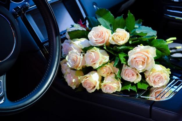 Bouquet de roses en voiture.