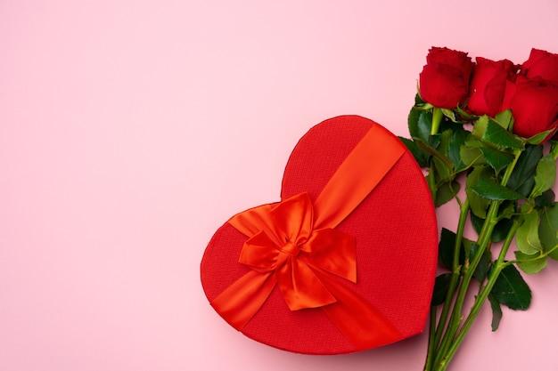 Bouquet de roses et vue de dessus de coffret cadeau