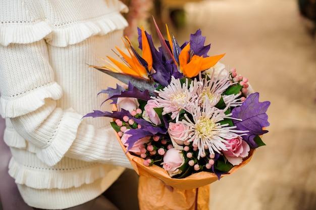 Bouquet de saint valentin lumineux et coloré dans les mains des femmes
