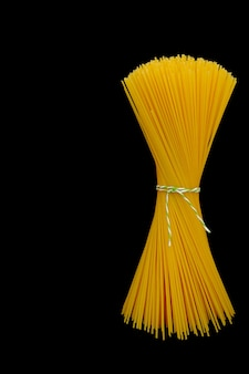 Bouquet de spaghettis crus sur fond noir