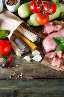 Bouquet de spaghettis italiens, nouilles soba et sommel, viande de poulet crue, avocat, courgette