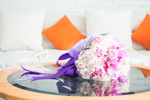 Bouquet sur une table en verre