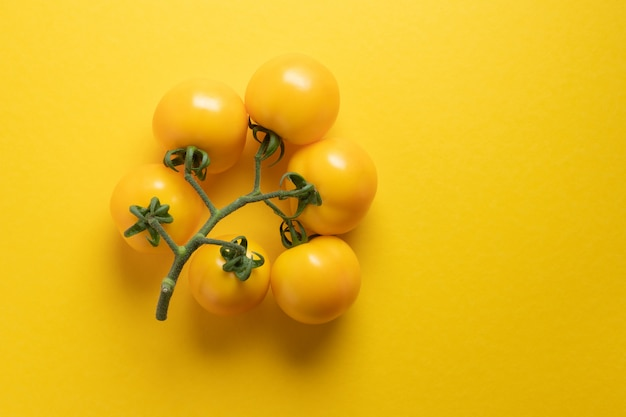 Bouquet de tomate jaune, créatif et beau sur fond jaune