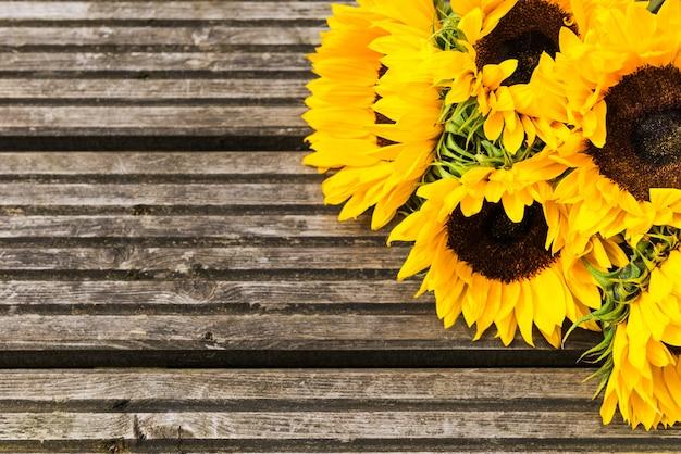 Bouquet de tournesol jaune sur fond rustique en bois