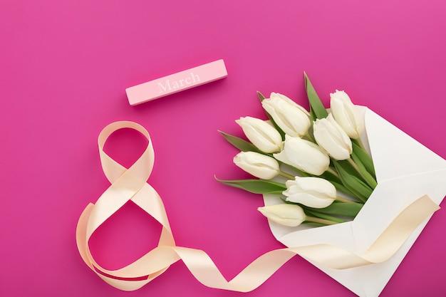 Bouquet de tulipes blanches dans une enveloppe, numéro huit et texte mars