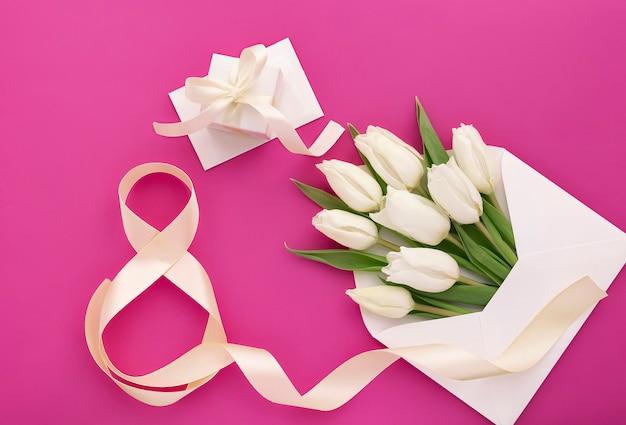 Bouquet de tulipes blanches en enveloppe et numéro huit et coffret cadeau