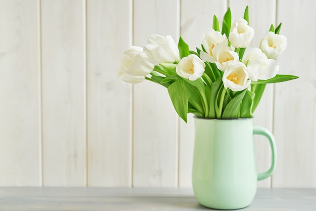 Bouquet de tulipes blanches fraîches dans un vase