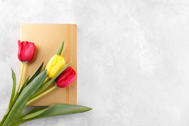 Bouquet de tulipes et bloc-notes doré