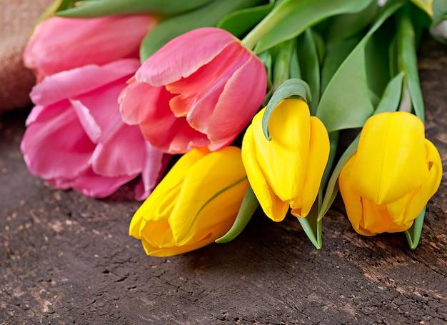 Bouquet de tulipes sur bois