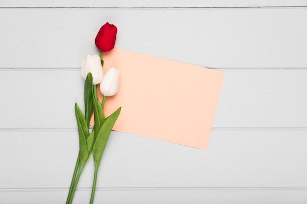 Bouquet de tulipes avec carte de voeux à côté