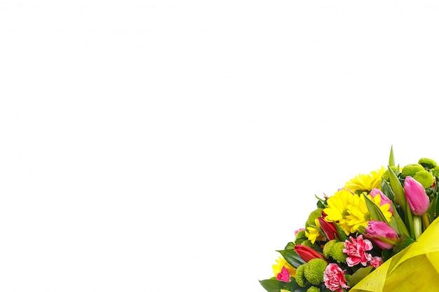 Un bouquet de tulipes et de chrysanthèmes sur un mur blanc