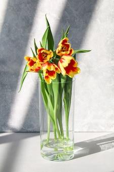 Un bouquet de tulipes comme cadeau pour le décor de pâques de la fête des mères de mars