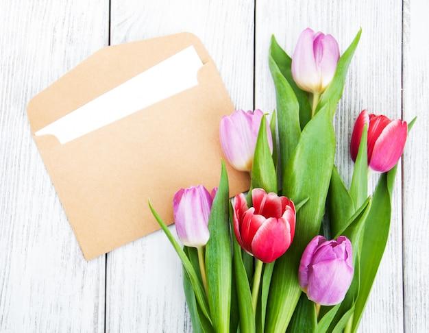 Bouquet de tulipes et enveloppe