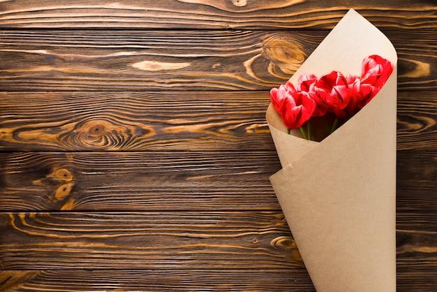 Bouquet de tulipes sur fond en bois