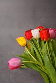 Un bouquet de tulipes fraîches, lumineuses et multicolores