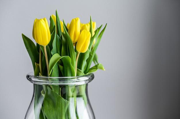 Bouquet de tulipes jaunes dans un vase en verre