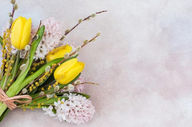 Bouquet de tulipes jaunes et jacinthes roses, saule et mimosa