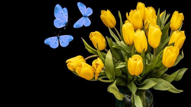 Un bouquet de tulipes jaunes avec des papillons bleus isolés sur fond noir. belles fleurs avec des mites. isoler. photo de haute qualité