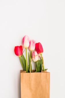 Bouquet de tulipes lumineuses dans un sac en papier