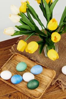 Bouquet de tulipes oeufs colorés vacances de printemps de pâques. photo de haute qualité