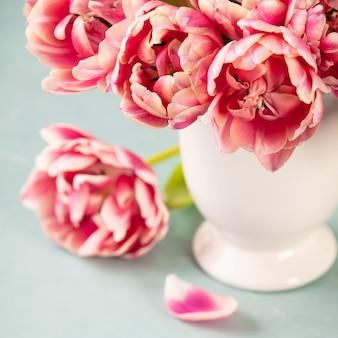 Bouquet de tulipes printanières dans un vase