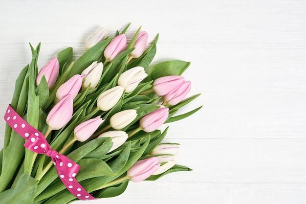 Bouquet de tulipes roses et blanches décorées avec ruban