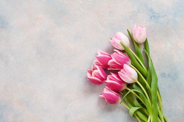 Bouquet de tulipes roses. concept pour la saint-valentin, la fête des femmes et autres événements romantiques.