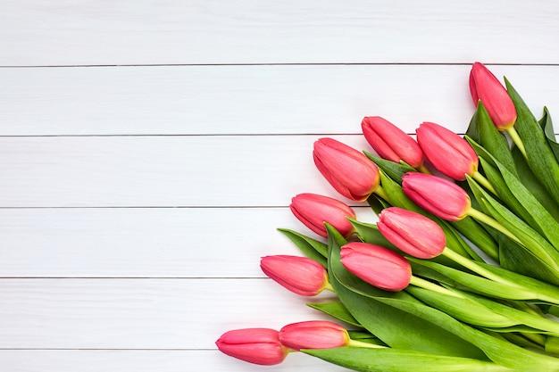 Bouquet de tulipes roses. espace de copie, vue de dessus