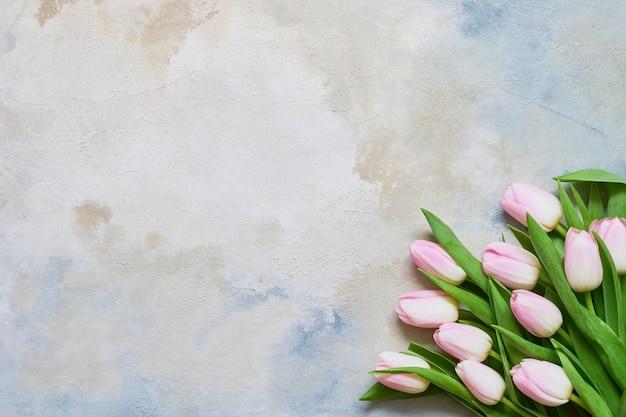 Bouquet de tulipes roses sur fond coloré copie espace vue de dessus