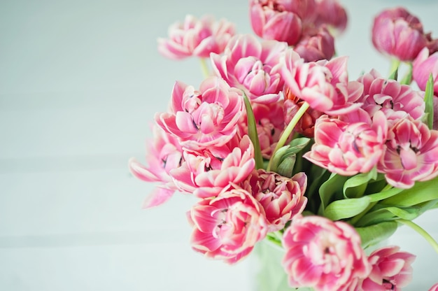 Bouquet de tulipes roses. gros plan d'un tendre bouquet de printemps. bouquet de mariée de tulipes