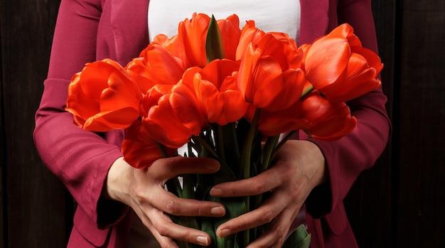 Bouquet De Tulipes Rouges Dans Les Mains Des Femmes Photo Premium