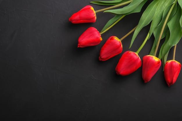 Bouquet de tulipes rouges avec espace copie pour le texte.