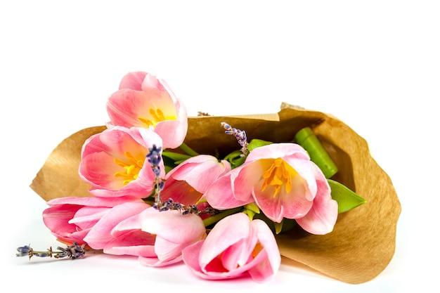 Bouquet de tulipes sur une surface blanche pour la publicité