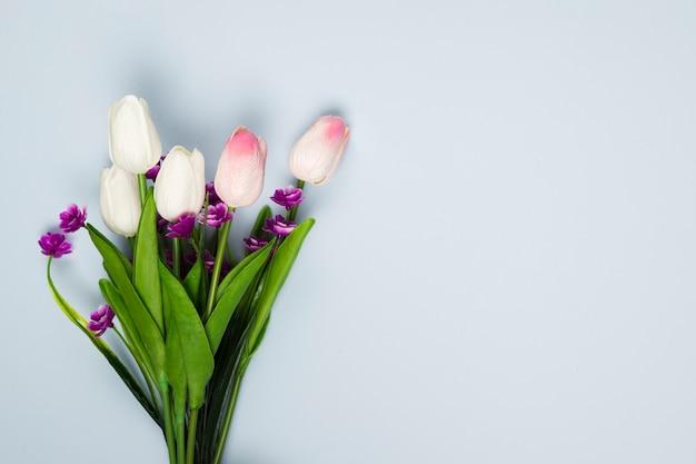 Bouquet de tulipes vue de dessus avec copie-espace