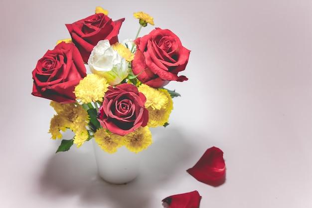 Bouquet de vase de roses sur fond blanc