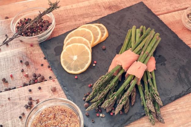 Bouquets d'asperges enveloppés dans du saumon avec des épices