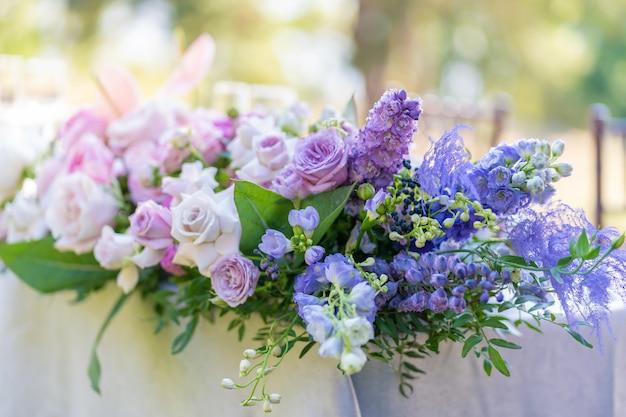 Bouquets de décoration de fleurs fraîches de la table de fête.