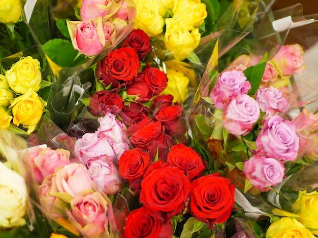 Bouquets de fleurs. beaucoup de bouquets de fleurs. roses, lys, chrysanthèmes. fermer