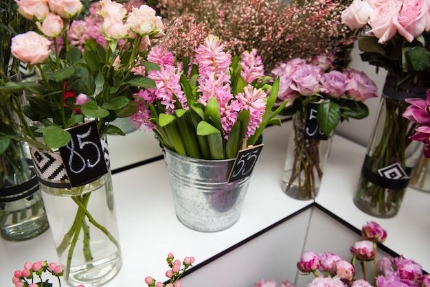 Bouquets de fleurs dans des vases dans un magasin de fleurs