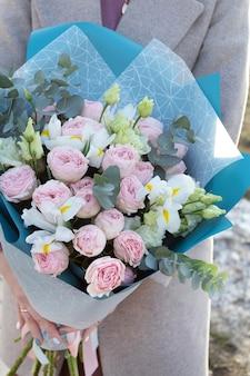 Bouquets de fleurs différentes. fond de printemps de fleuristerie.