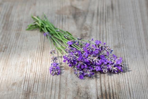 Bouquets de lavande sur table en bois. plantes médicinales. aromathérapie. macro