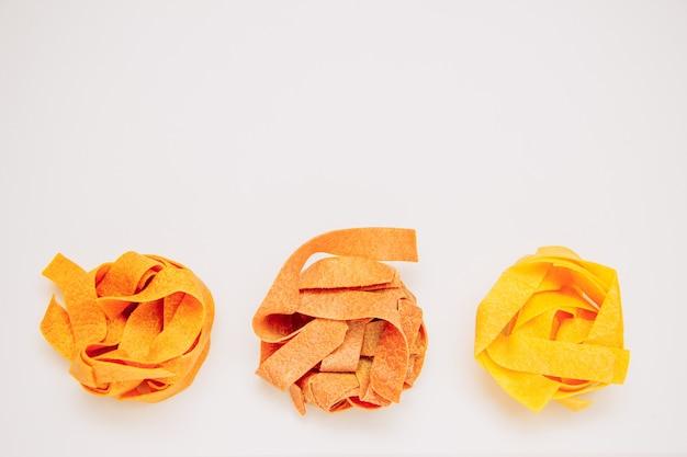 Bouquets de nouilles séchées close-up sur un fond dégradé blanc