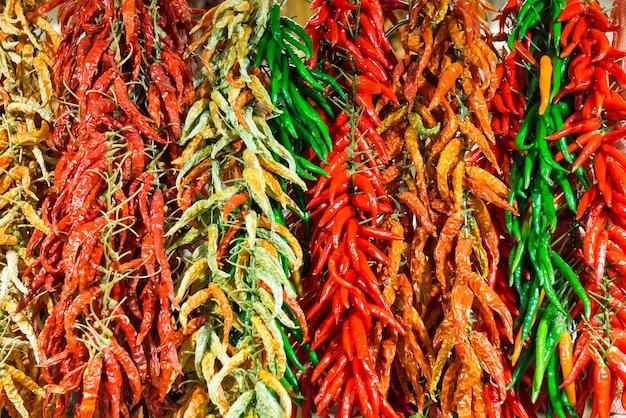 Bouquets de piments forts rouges et verts sur le marché de producteurs