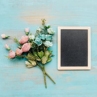 Bouquets avec tableau noir sur la droite.