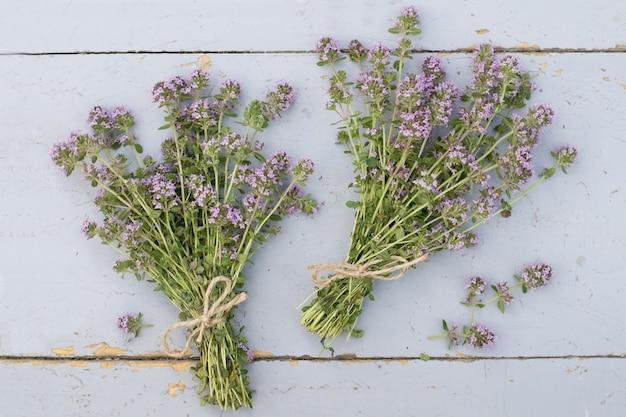 Bouquets de thym sur table