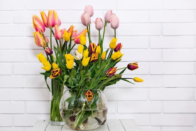 Bouquets de tulipes dans des vases