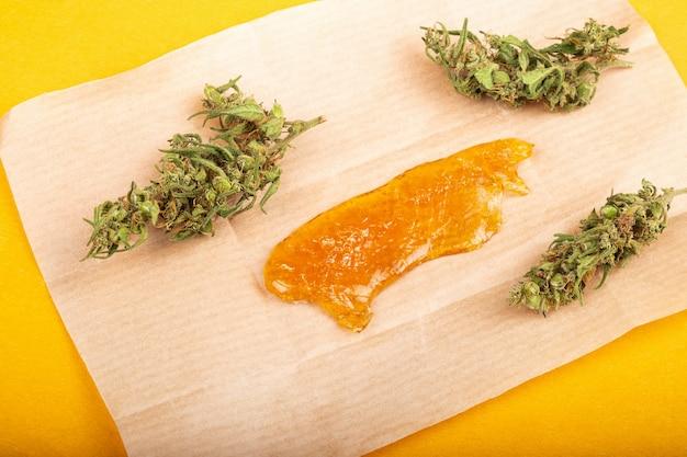 Bourgeon de cannabis séché avec gros plan d'huile de cire concentrée