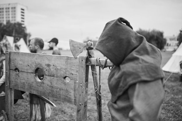 Le bourreau se tient près de l'échafaud