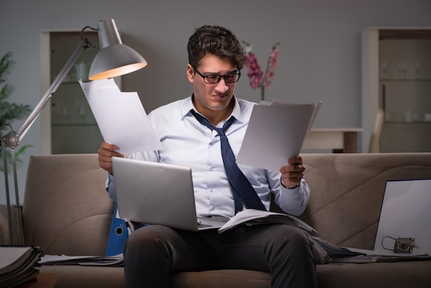 Bourreau de travail homme d'affaires travaillant tard à la maison